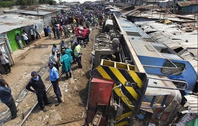 Cargo train derails, hundreds stranded