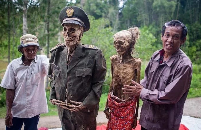 Indonesian tribe digs up its corpses for festival