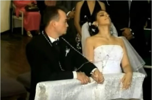 The wedding was normal, suddenly the bride collapsed to the ground