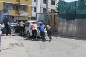 Un hombre detenido ayudó a empujar la patrulla que lo llevaba a la cárcel