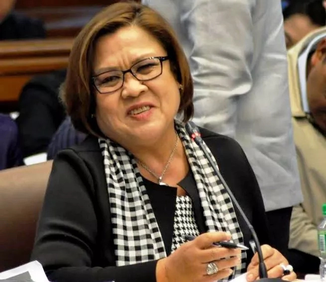 Ni-regaluhan ng Santo Papa! Leila De Lima thanks Pope Francis for rosary