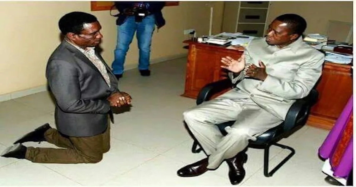 Is he Jesus or God?! Minister kneels down before president, sparks controversy among people (see photos)