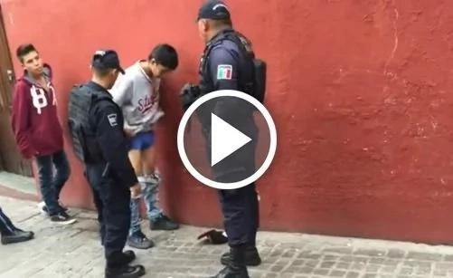 Policías obligan a menor a bajarse el pantalón en medio de requisa