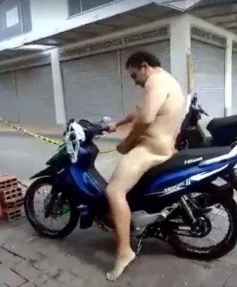 Tras perder una apuesta, hombre manejó moto desnudo