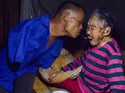 This armless man does THIS every day to feed his mother, taking care of her... Watch these tearful photos!