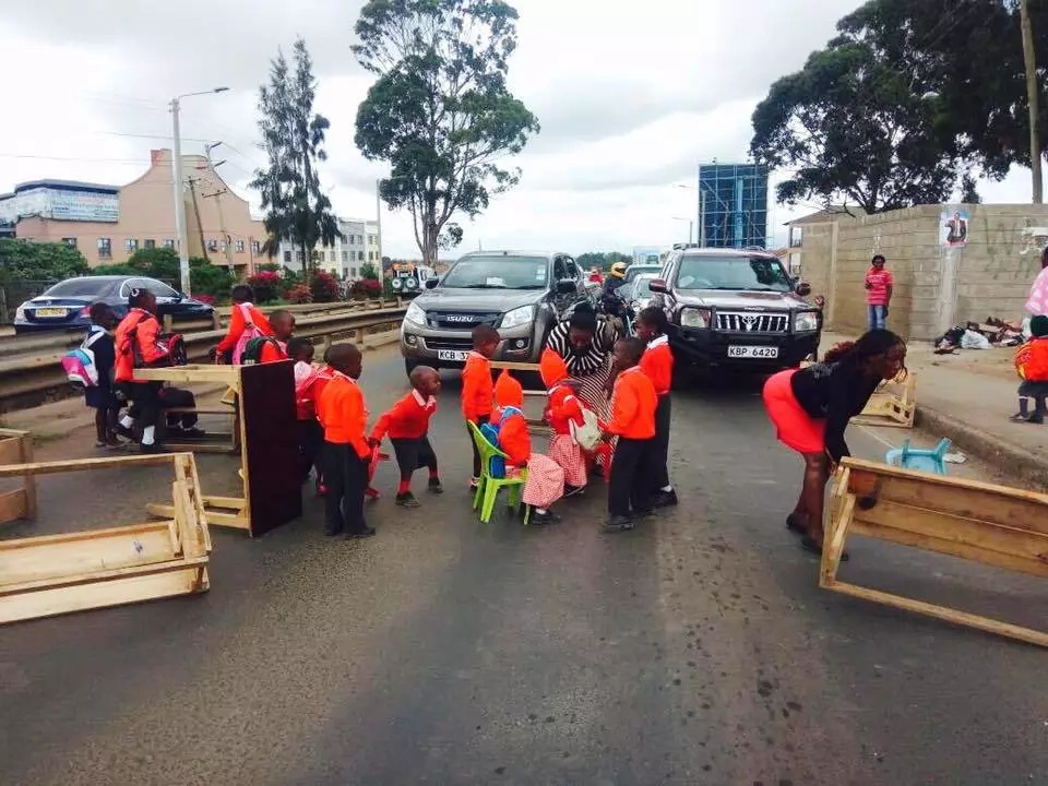 These pupils protest using desks on busy highway (photos)