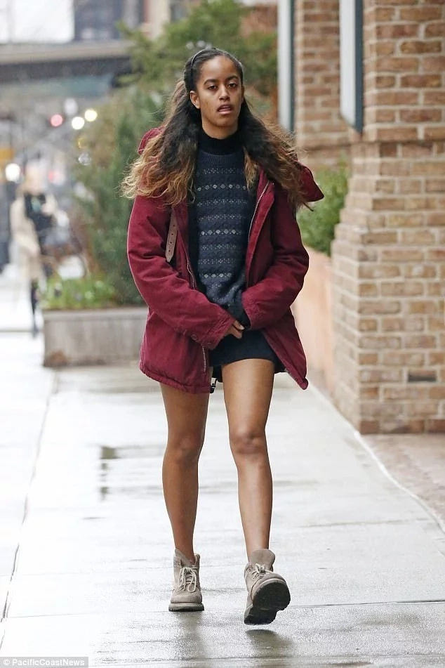 Malia Obama looks exhausted as paparazzi pounce on her in the middle of the street (photos)