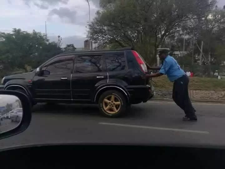 Traffic officer excites social media after doing this to a stranded motorist
