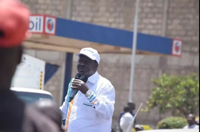 Raila and Kalonzo bump into hostile crowds, forced to abort venue