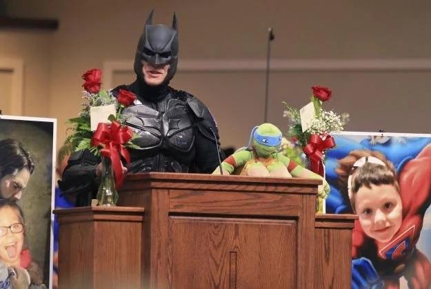 Niño que murió en tiroteo en su escuela tuvo un entierro con súper héroes