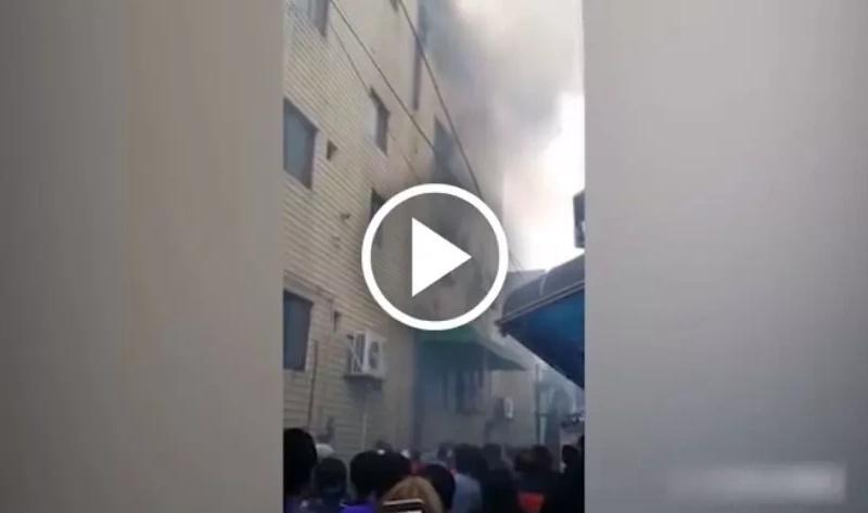 Madre desesperada lanza a sus tres hijos por la ventana de un edificio en llamas