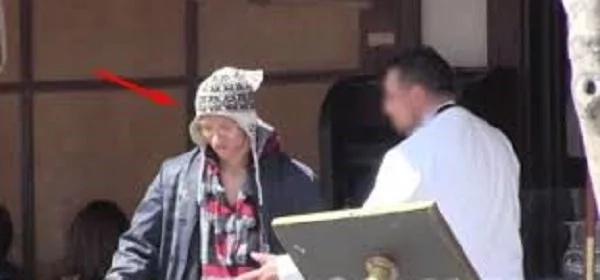 Lo expulsaron del restaurante por ser indigente, pero una hora más tarde... ¡MIRA sus rostros!
