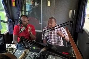 Wakenya WAMSHANGAA Rais Uhuru Kenyatta akiimba katika kituo cha redio (Video)
