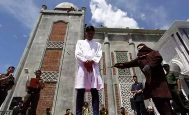 Aibu: Wanaume na wanawake wachapwa viboko hadharani