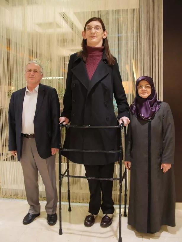 Joven de 19 años es la adolescente más alta del mundo
