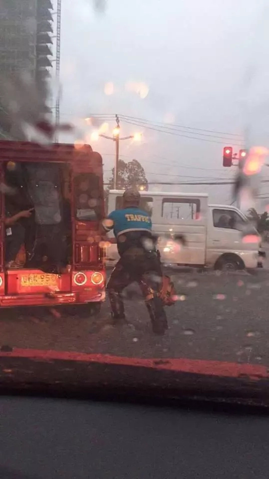 Traffic enforcer went viral after helping jeepney amidst rain