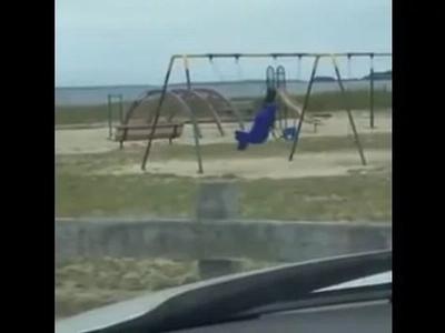 Llevó a sus hijos a un parque infantil pero terminó grabando a un fantasma