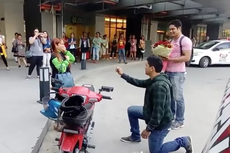 Man pretends to be arrested to propose to his girlfriend