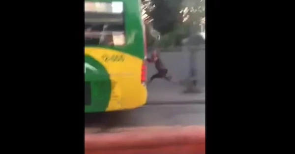 Netizen captures crazy moment of a guy holding on the back of a bus