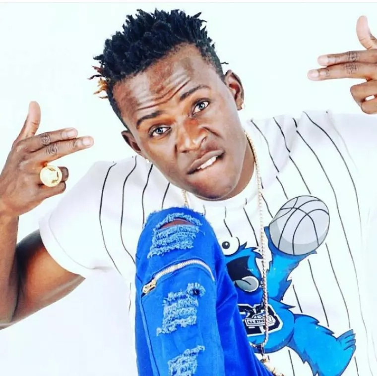 Willy Paul atembea bila shati!