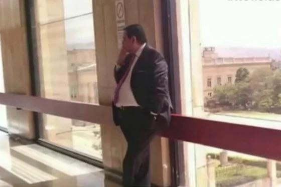 Así sorprendieron a este senador fumando en el Congreso