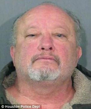 Este padre no iba a darse por vencido y sacó un arma para defender a su hijo