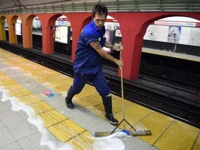 Trabaja limpiando el metro en Argentina, pero se ganó un premio increíble
