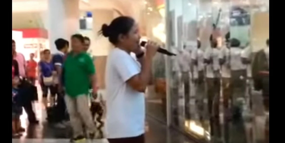Talented Pinay sings 'Listen' in a mall...the crowd definitely loves her performance!