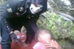 Un menor de edad mató a una mujer y a sus pequeñas hijas, y grabó el crimen
