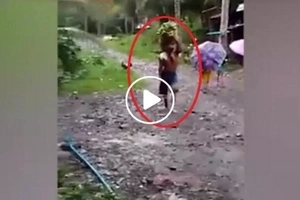 This disabled Pinoy walks 2km for his family...his story will melt your heart!
