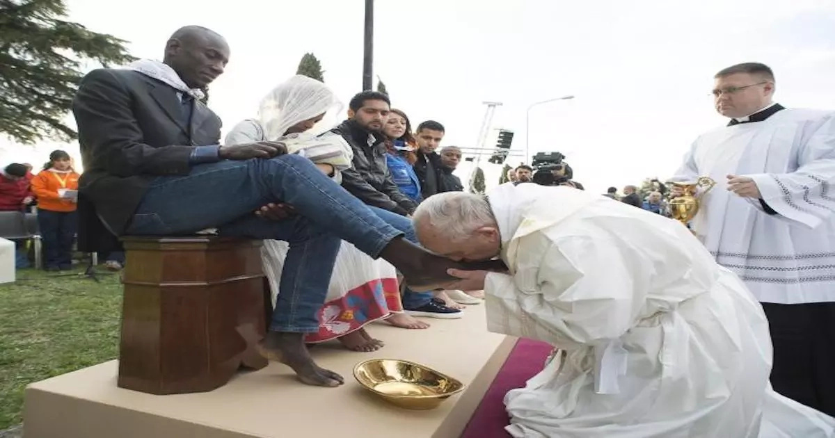 SEE how Pope Francis washed the feet of 12 inmates, including man who converts from Islam to Catholicism
