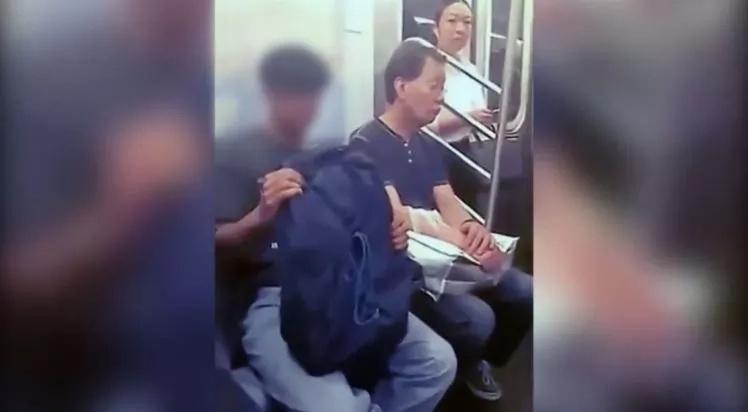 Hombre toca sus partes en un tren y una mujer lo enfrenta