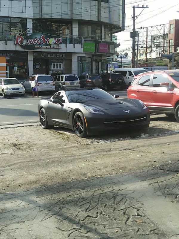 Nawindang si ate! Girl taking a photo of an expensive car got shocked to see the driver coming out of the car
