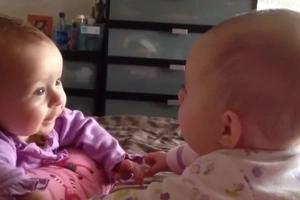 ¡Mira a estos PRECIOSOS bebés gemelos hablar y agarrarse las manos!