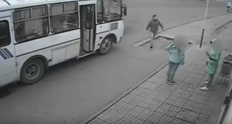 Man Hops Out Of Bus And Destroys Thug For Punching A Woman