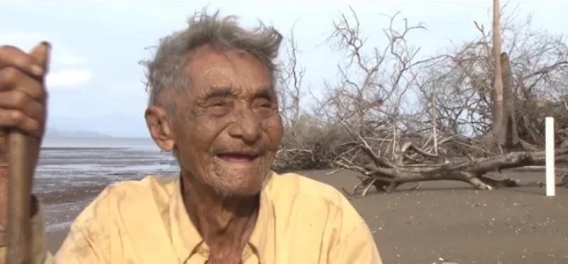 El unico habitante de esta isla es un abuelito de 79 años, y no te imaginas como sobrevive allí