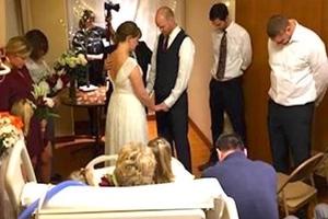 Krankenschwestern planen eine Hochzeit so krank Mutter konnte sehen ihre Tochter zu heiraten