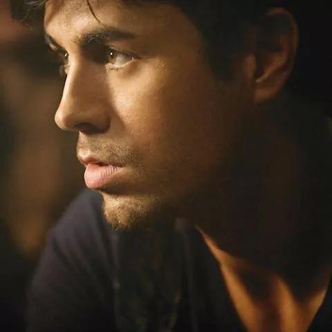 Fan de Enrique Iglesias estuvo 12 horas oculta bajo una mesa