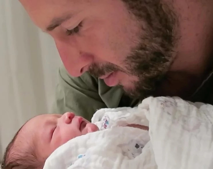 Father comes up with GREAT way to stop his baby from crying (photos, video)