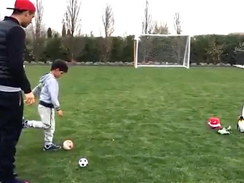 El video de Cristiano Ronaldo entrenando a su hijo, es lo más tierno que verás en toda tu vida