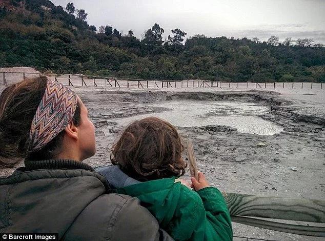 """""""NUNCA vamos a mandarlos a la escuela"""" Pareja lleva a sus hijos de 6 y 4 años a viajar por el mundo como parte de una moda controversial de 'desescolarización mundial'"""