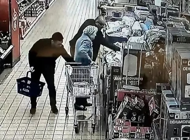 CCTV captures two thieves stealing purse of 87-year-old women in supermarket