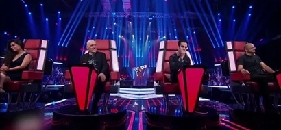 "You've got to see this! ""The Voice"" contestant turns 4 chairs without even singing"