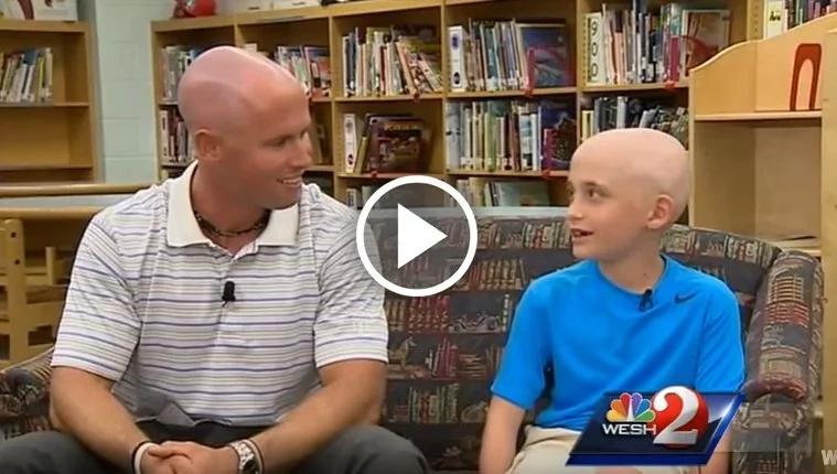 Profesor se afeitó la cabeza para apoyar a un alumno con alopecia