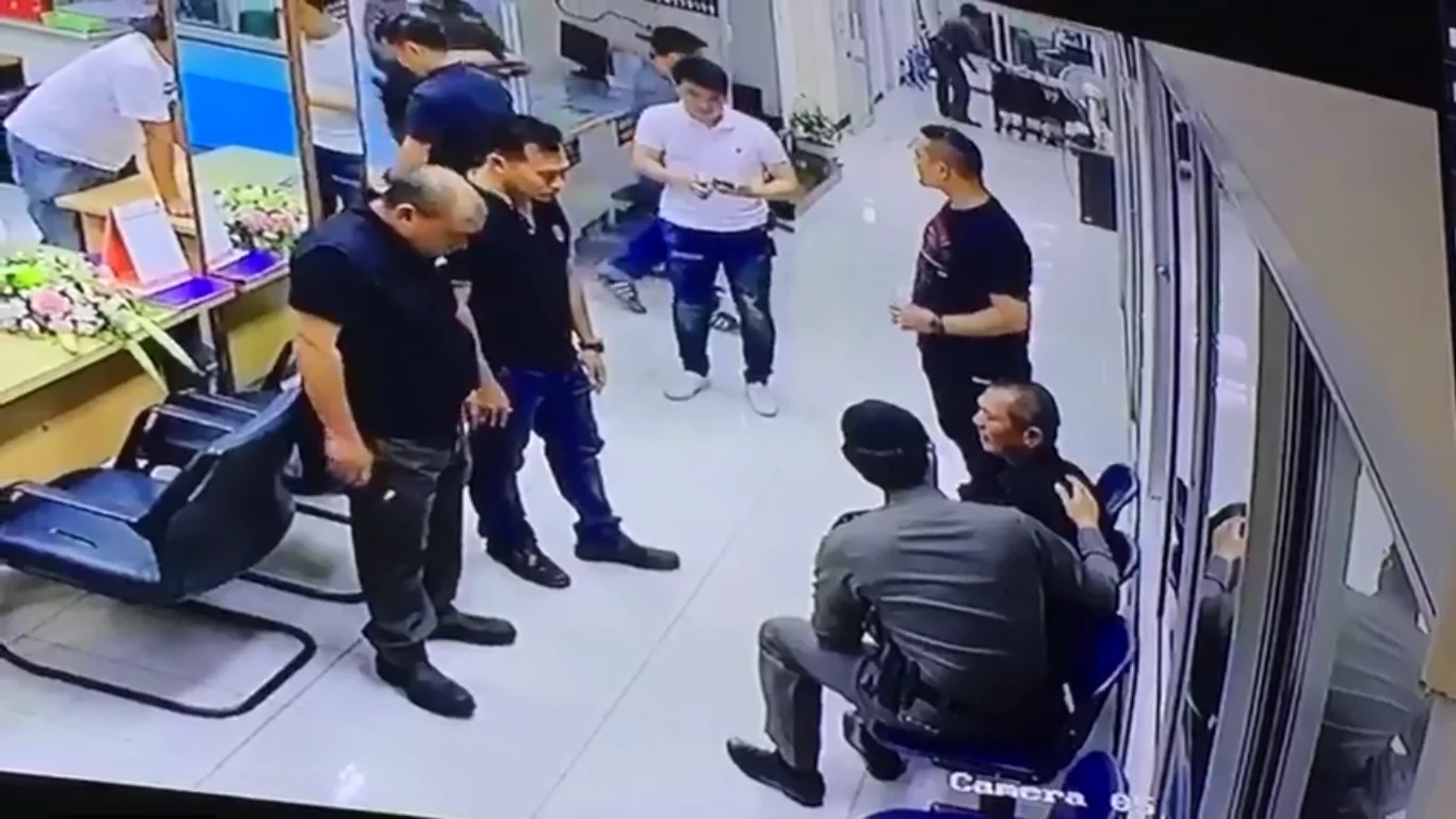 A guy was threating everyone in a police station until a police man intervened to make things absolutely touching!