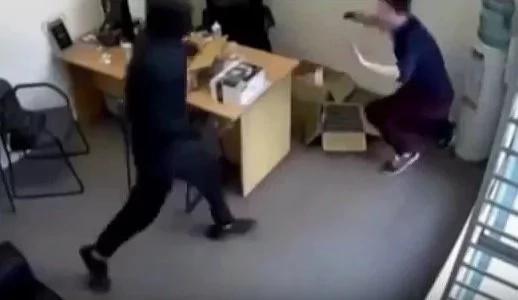 Cámara de seguridad captura el acto heroíco de Sarah Patel