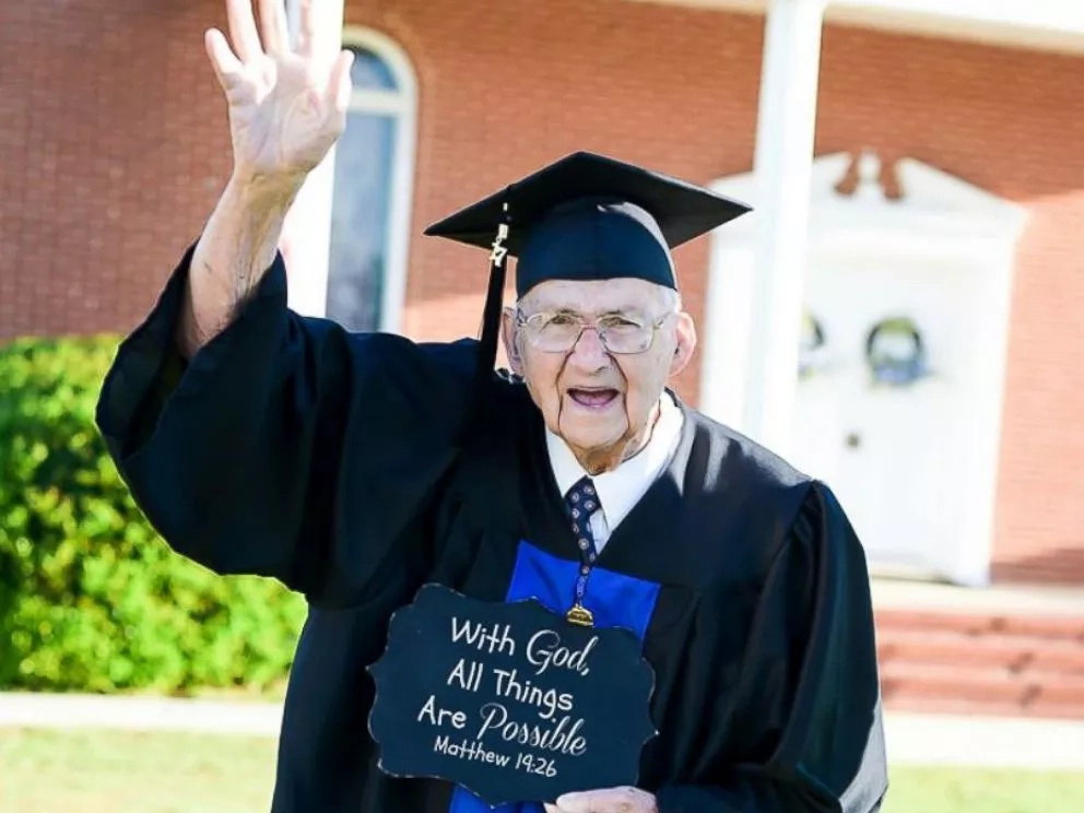 Grandpa, who quit school to educate his daughters, graduates from college aged 88