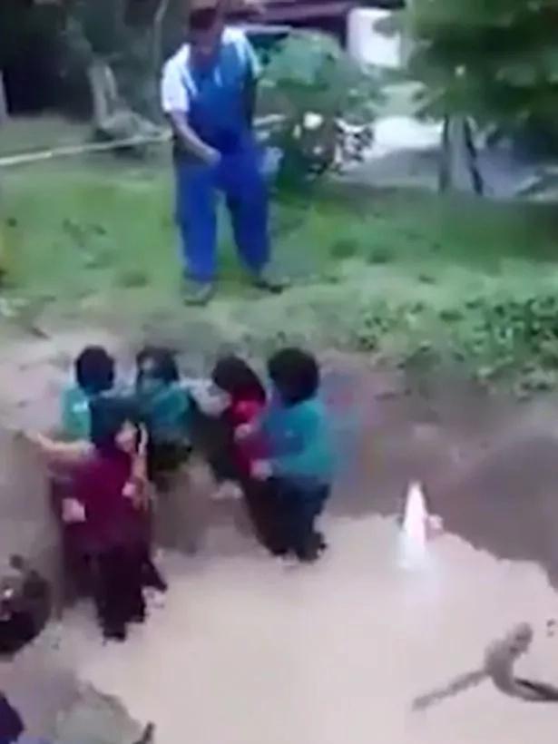 Rodea a niñas de serpientes para enseñarles a tener carácter