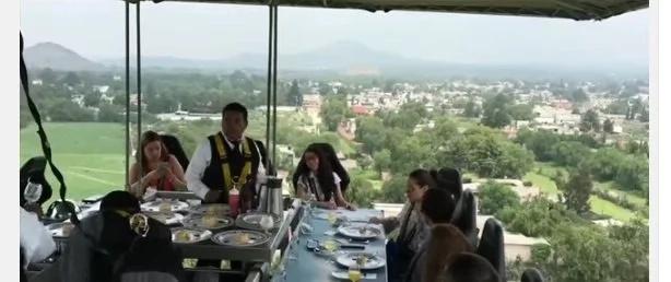 No vas a creer lo que hacen en este restaurante, los clientes comen colgando a 50 metros