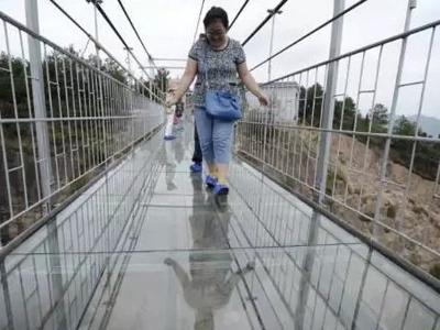 Tourists terrified as glass bridge in China cracks